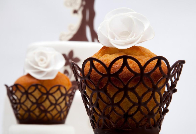 Vyřezávané košíčky z jedlého papíru namočené v čokoládě