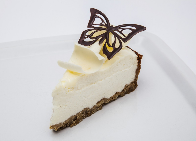 Zákusek s motýlkem vyrobeným z jedlého papíru namočeným do čokolády