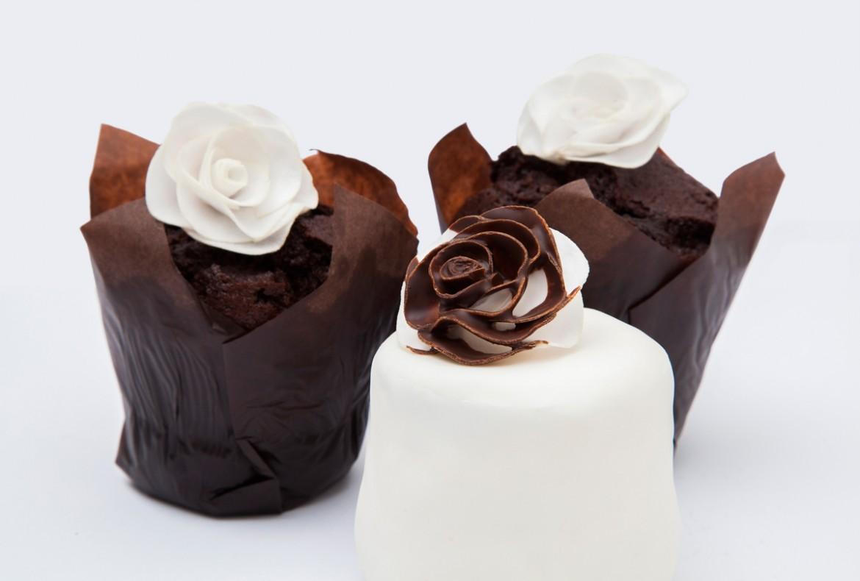 Muffiny s růžičkami z jedlého papíru